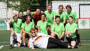 Bird and Bird Kanzlei Frauen beim Fußball spielen