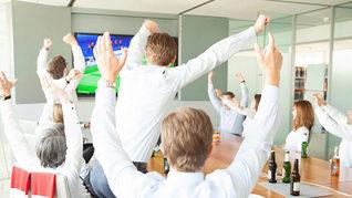 Glade Michel Wirtz Kanzlei beim Fußball schauen