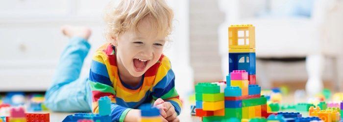 Kind mit Klötzchen am Spielen