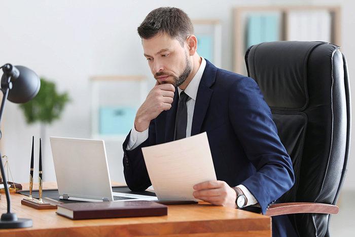 Notare haben ein vielfältiges Aufgabengebiet, das weitaus mehr umfasst, als nur Urkunden und Verträge zu beglaubigen. Vor allem im Umgang mit den Mandanten ist Fingerspitzengefühl gefragt.