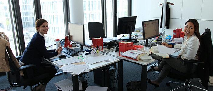 Interns`17 - Arbeitsplatz Mia und Jessica - Praktikum Flick Gocke Schaumburg Bonn
