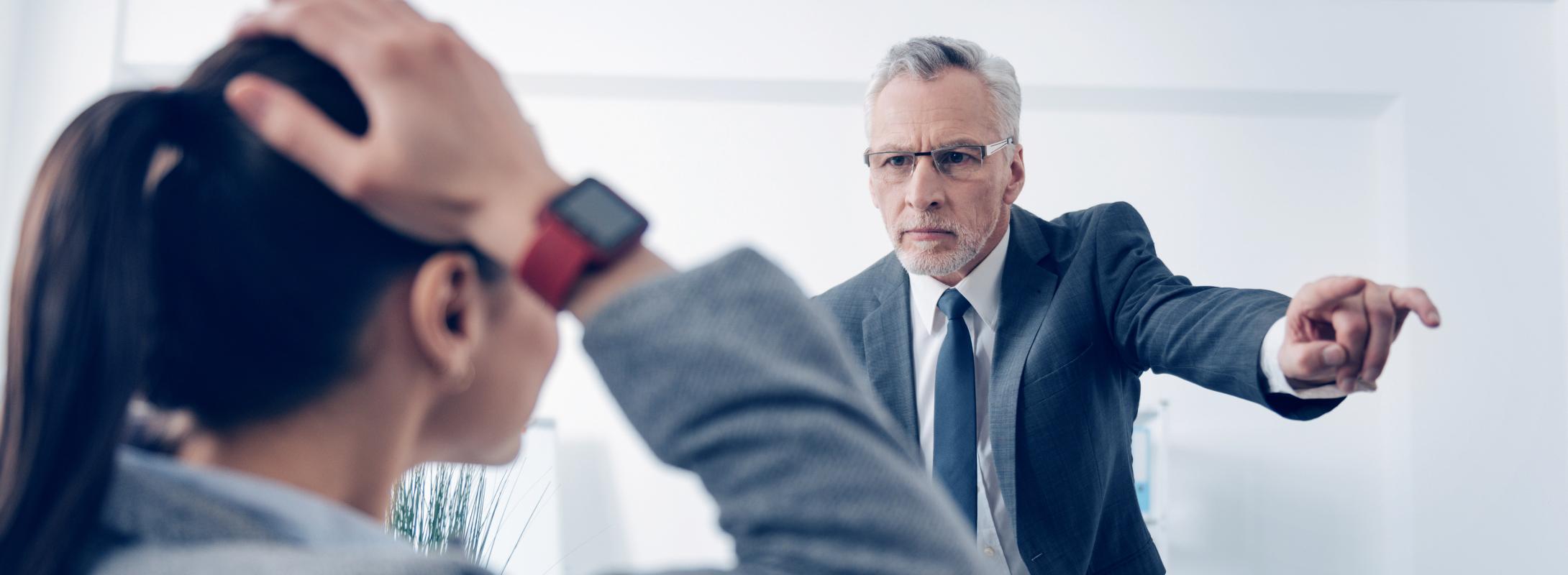Schlechter Chef ist sauer auf Angestellte